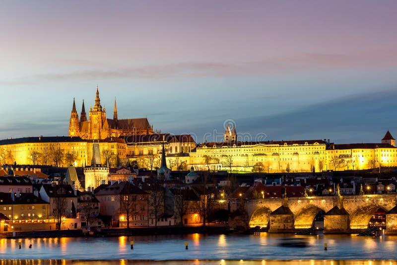 Взгляд замка Праги (чеха: Hrad Prazsky) и Карлов мост (чех: Karluv больше всего), Прага, чехия стоковое изображение rf