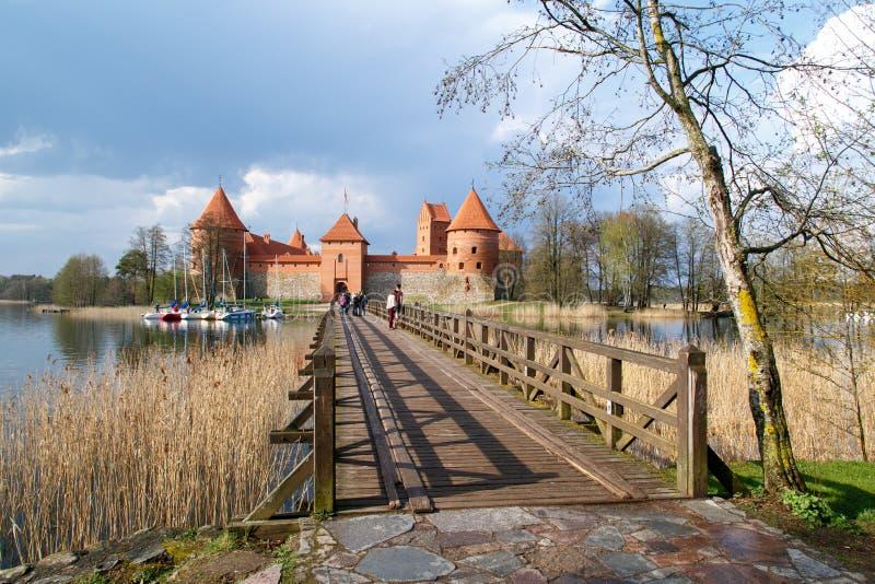 Взгляд замка Trakai с мостом стоковые фотографии rf