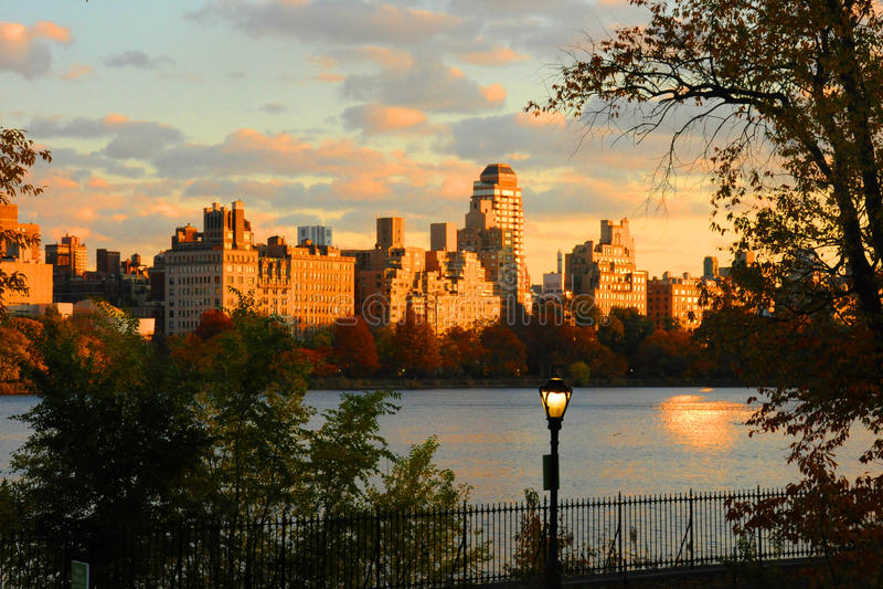 Взгляд захода солнца Манхаттана от Central Park стоковая фотография