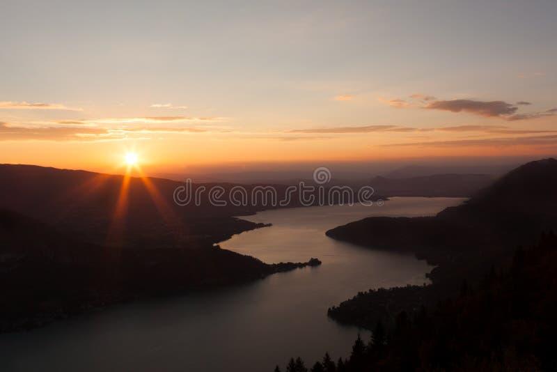 Взгляд захода солнца озера Анси от Col du Forclaz стоковое фото