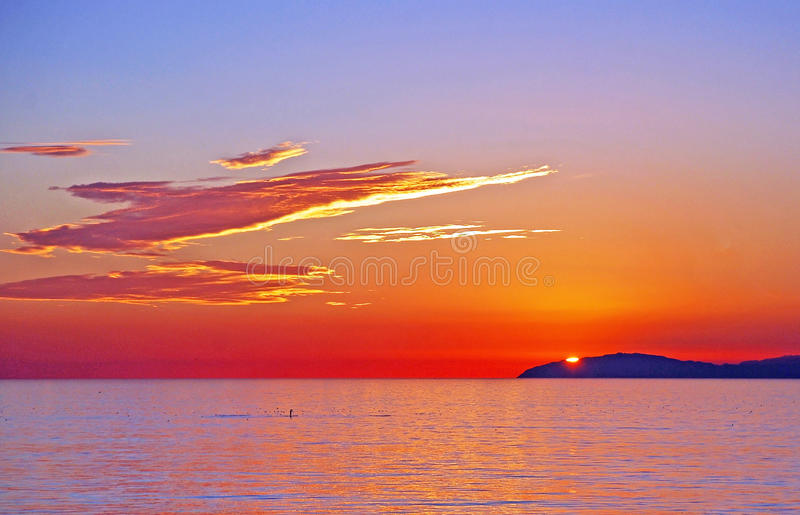 Взгляд захода солнца острова Санты Каталины с пансионерами затвора с пляжа Laguna, Калифорнии. стоковые фотографии rf