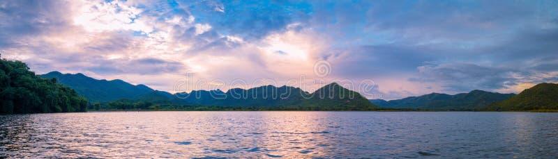 Взгляд захода солнца панорамы на озере стоковые изображения