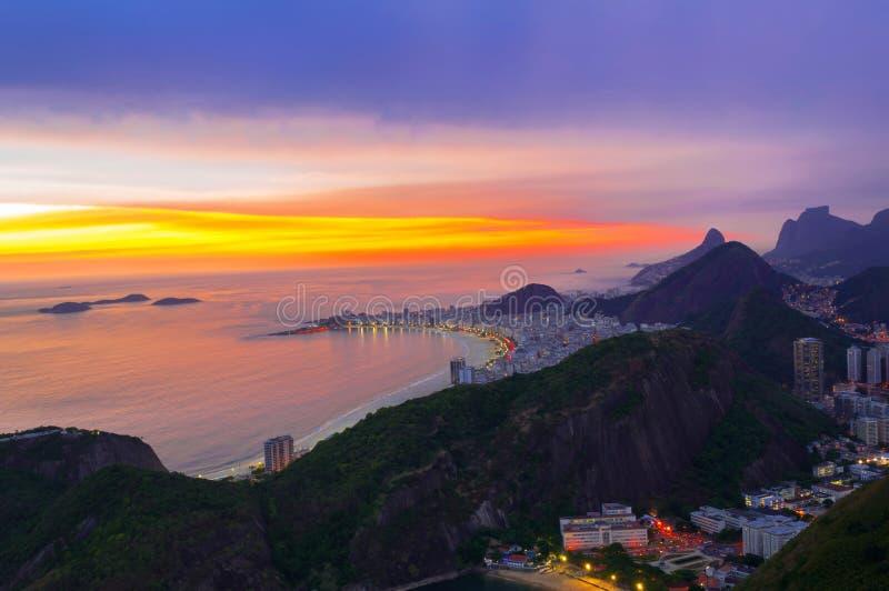 Взгляд захода солнца пляжа Copacabana в Рио-де-Жанейро стоковые фото