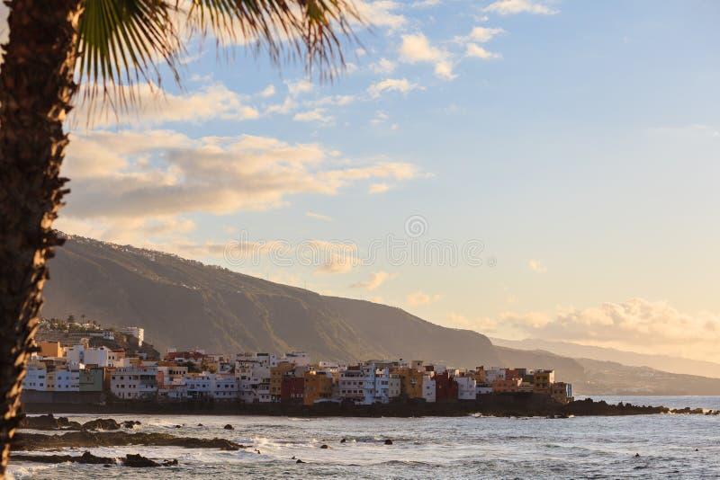 Взгляд захода солнца Puerto de Ла Cruz на Тенерифе, канарском острове, Испании стоковое изображение