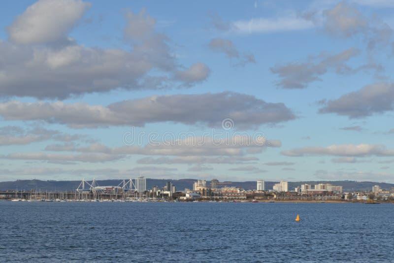 Взгляд залива Кардиффа и стадиона тысячелетия стоковая фотография