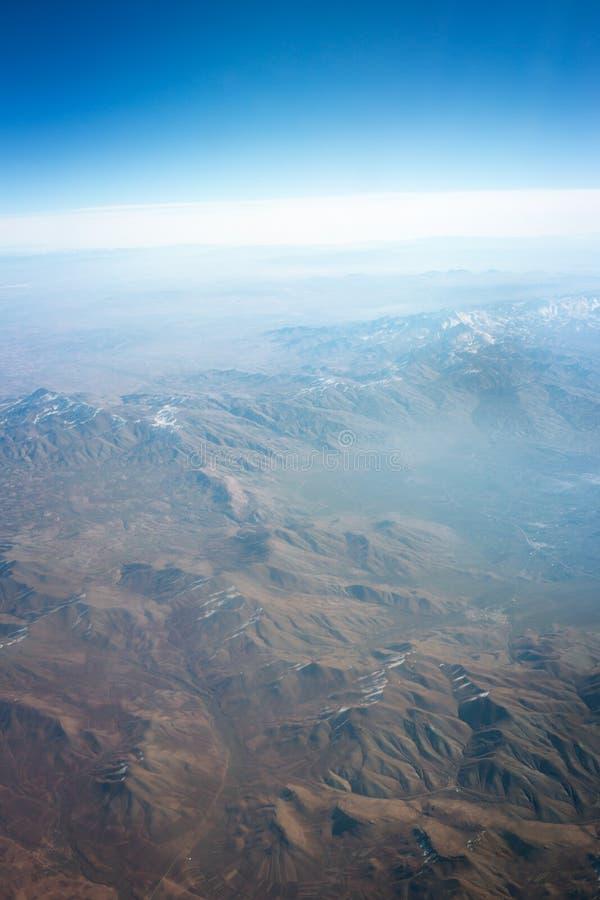 Взгляд земли моря окна реактивного самолета стоковые фотографии rf