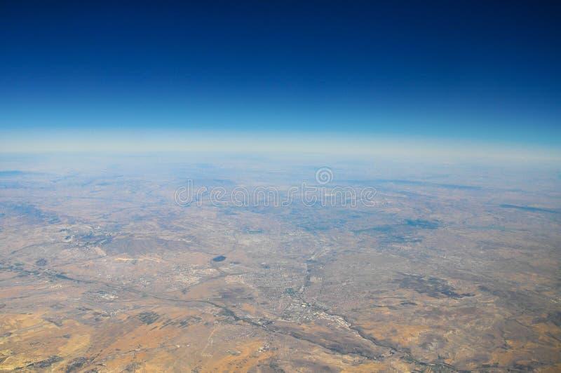 Взгляд земли от самолета в небе стоковые фото