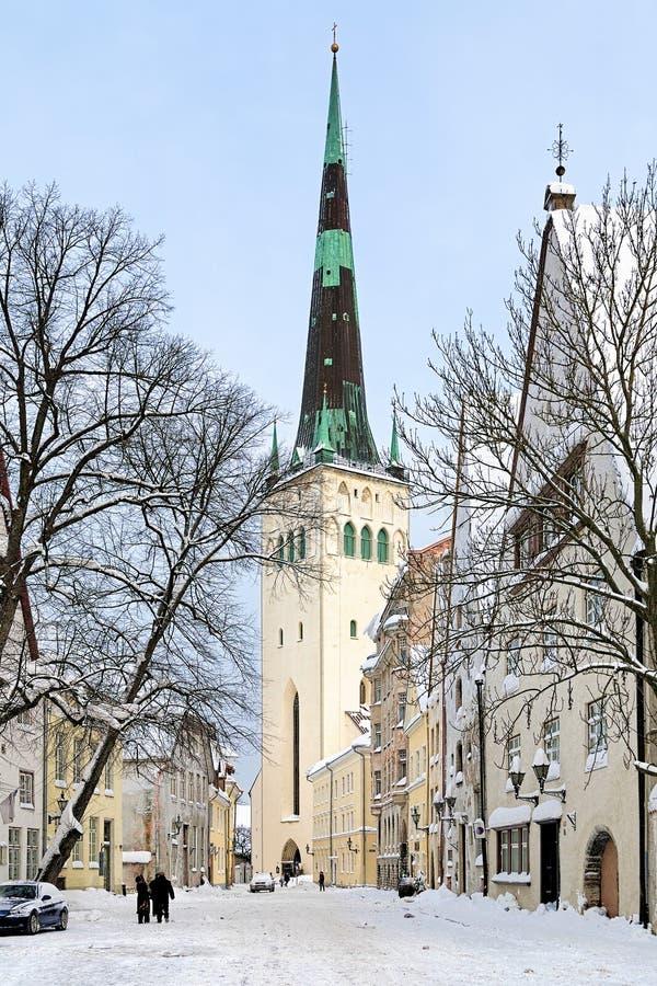 Взгляд зимы на церков St Olaf в Таллине, Эстонии стоковая фотография
