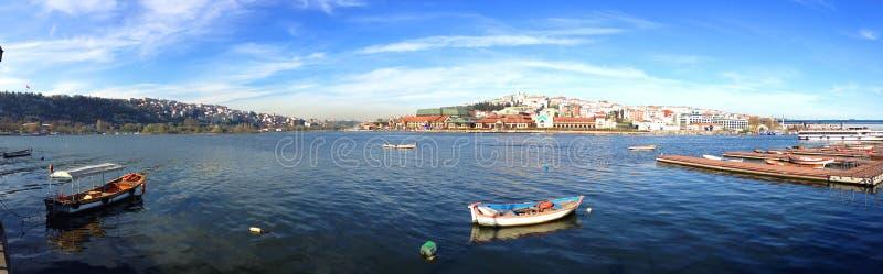 Взгляд золотых рожка и Galata от пристани стоковая фотография