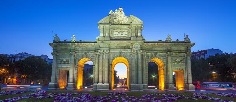 Взгляд известного Puerta de Alcala стоковое изображение rf