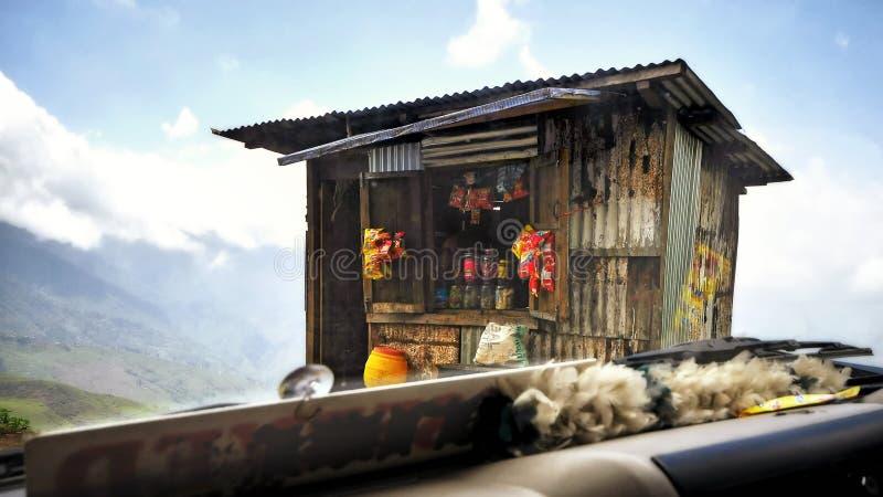 Взгляд изнутри автомобиля магазина на холме на Darjeeling стоковая фотография rf