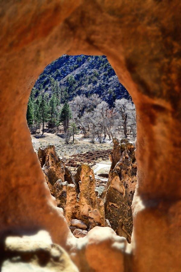 Взгляд изнутри жилища пещеры скалы стоковые фотографии rf