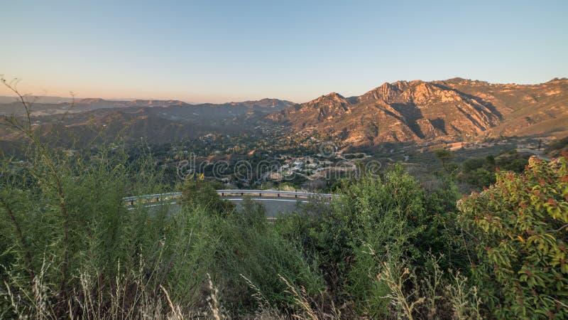 Взгляд изогнутых дороги Piuma и каньона во время захода солнца в рекреационной зоне гор Санта-Моника национальной, Калифорнии Mal стоковое изображение