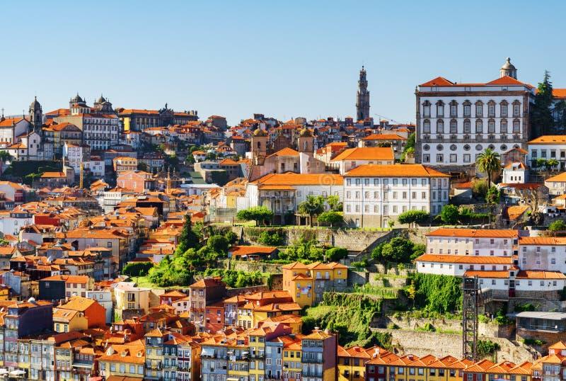 Взгляд исторического центра Порту Колокольня Torre делает стоковые фото