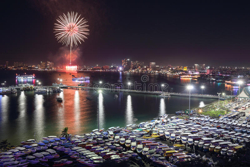 Download Взгляд и фейерверки ночи на городе Паттайя, Таиланде Стоковое Изображение - изображение насчитывающей автомобили, ноча: 41650101