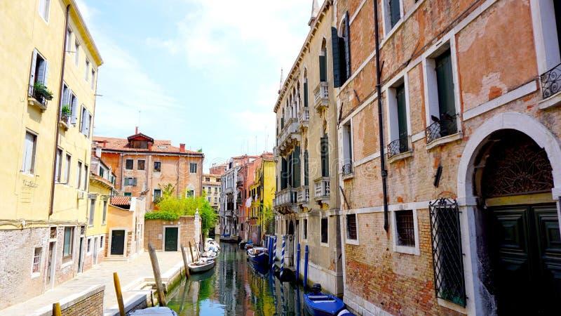 Взгляд канала и шлюпок с старой архитектурой стоковое изображение rf