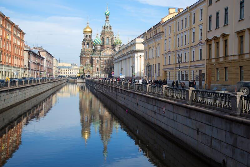 Взгляд канала Griboyedov и церков воскресения (спасителя на крови), солнечного после полудня в марше святой petersburg стоковая фотография rf