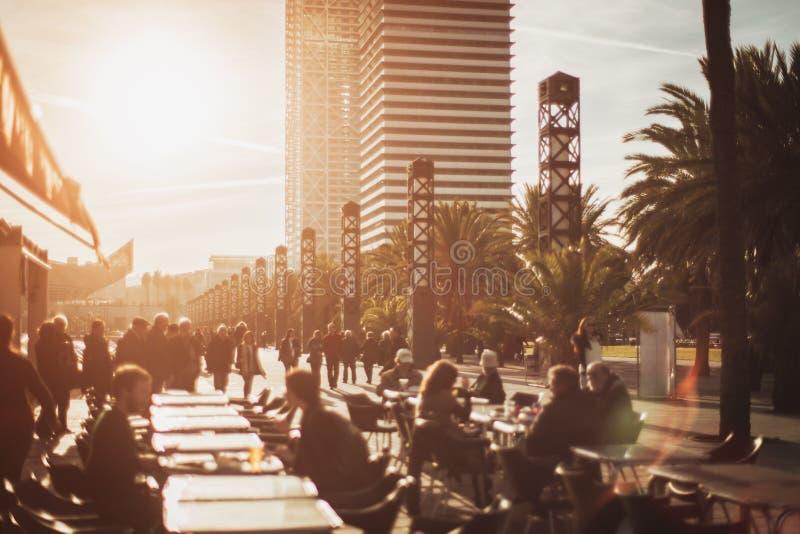 Взгляд кафа, улицы и небоскребов на предпосылке, Барселоне, Испании стоковые изображения rf