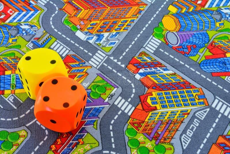 Взгляд ковра с покрашенными дорогами и зданием Желтый цвет и orang стоковые изображения