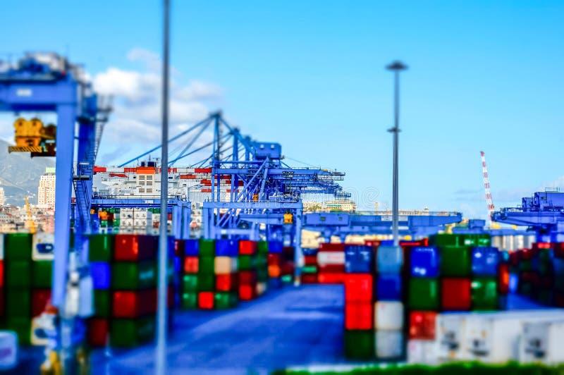 Взгляд контейнерного терминала на порте модели влияния Генуи стоковая фотография