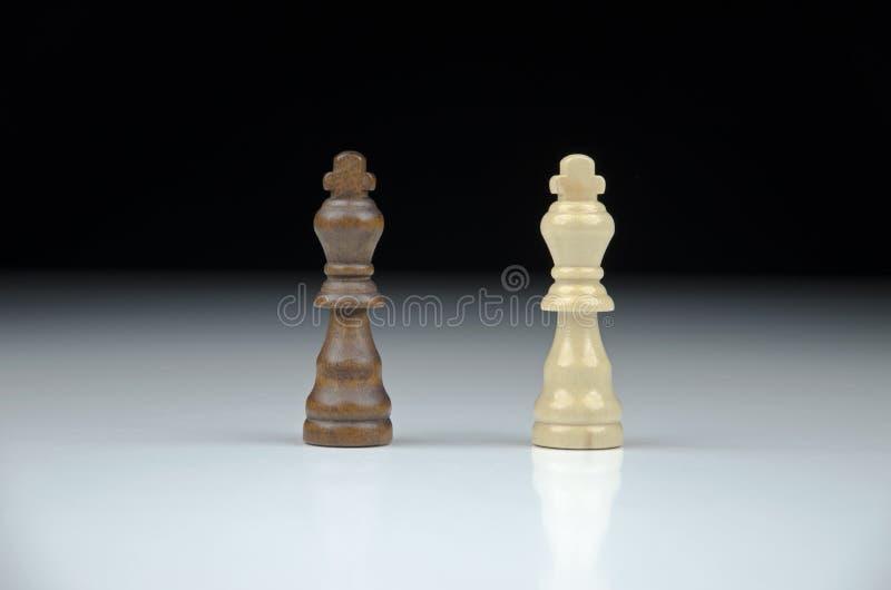 Взгляд конца-вверх короля шахмат 2 на запачканной черно-белой предпосылке стоковые изображения rf