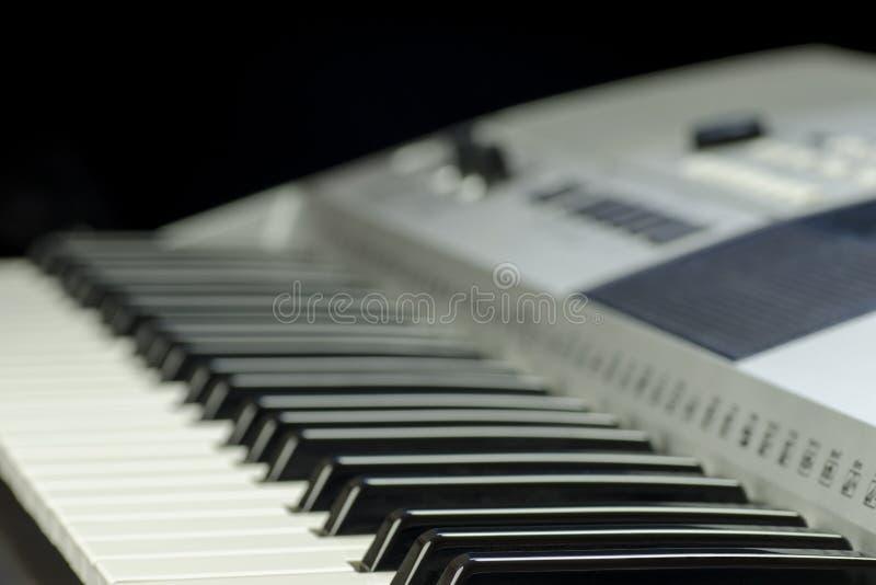 Взгляд конца-вверх клавиатуры музыки с кнопками и дисплея на запачканной предпосылке стоковое фото rf