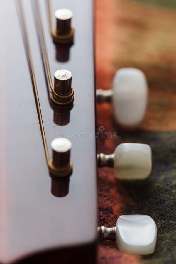 Взгляд конца-вверх шеи гитары стоковое изображение