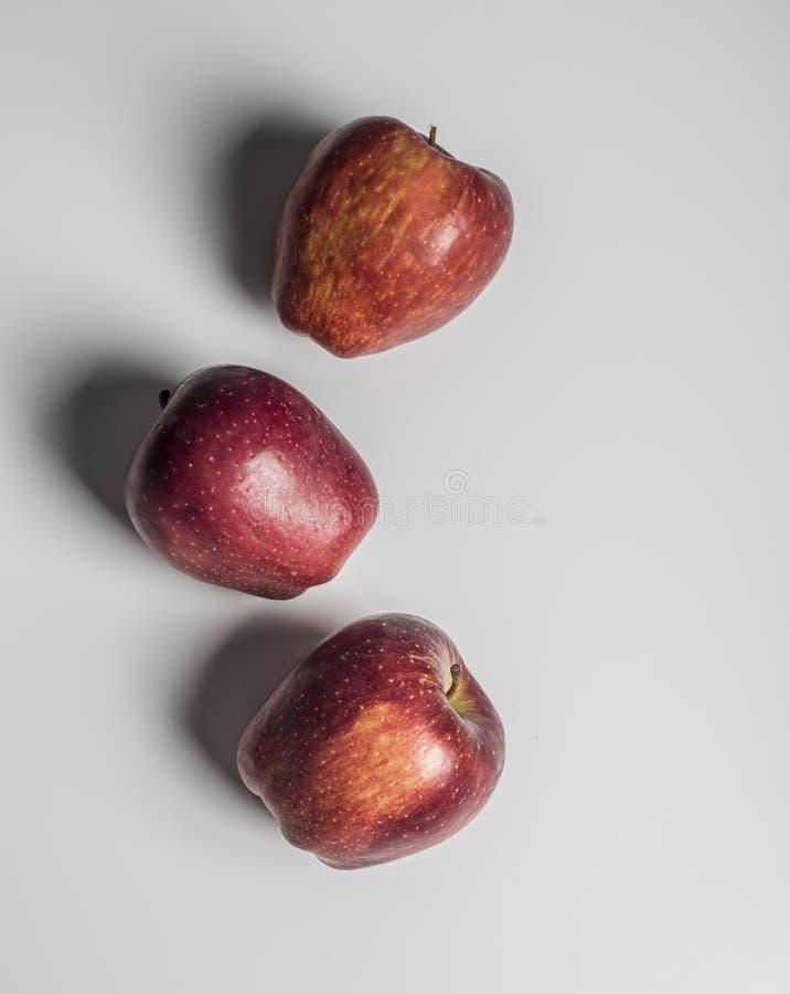 Взгляд конца-вверх Яблока изолированный на белой предпосылке стоковые фотографии rf