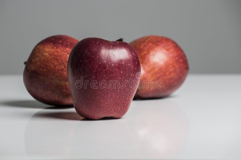 Взгляд конца-вверх Яблока изолированный на белой предпосылке стоковое изображение