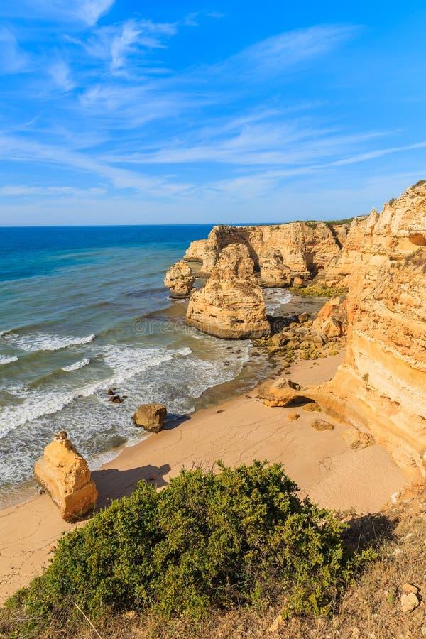 Взгляд красивого пляжа Прая de Marinha стоковое изображение