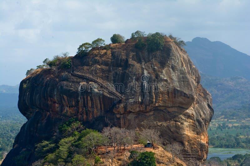Взгляд крепости утеса Sigiriya от утеса Pidurangala стоковые фотографии rf