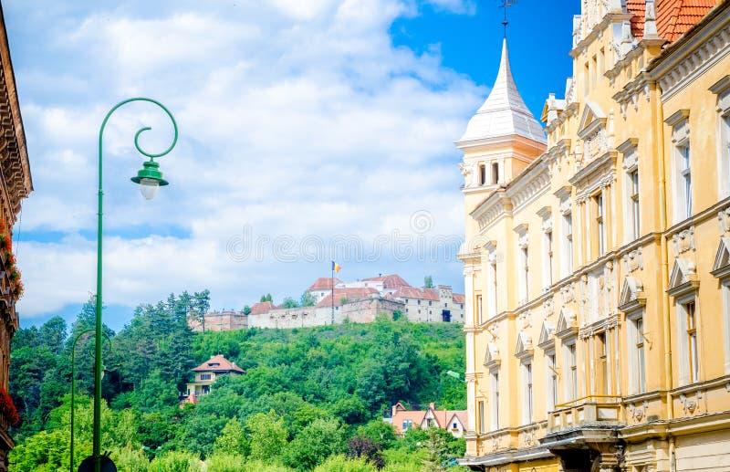 Взгляд крепости Brasov от старого центра города стоковое изображение rf