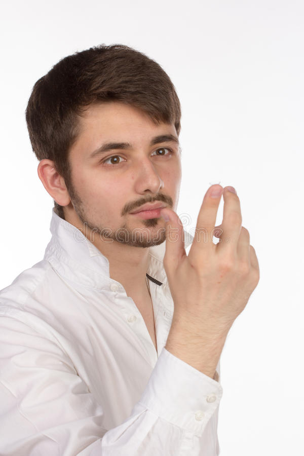 Взгляд крупного плана глаза человека коричневого пока вводящ корректирующий c стоковая фотография