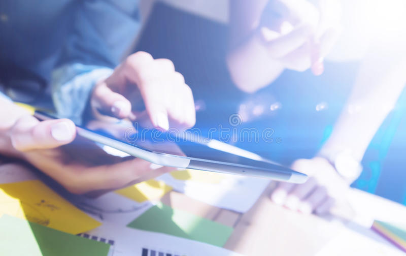 Взгляд крупного плана женских рук держа цифровую таблетку и касающий экран Бизнесмены концепции работая с чернью стоковая фотография