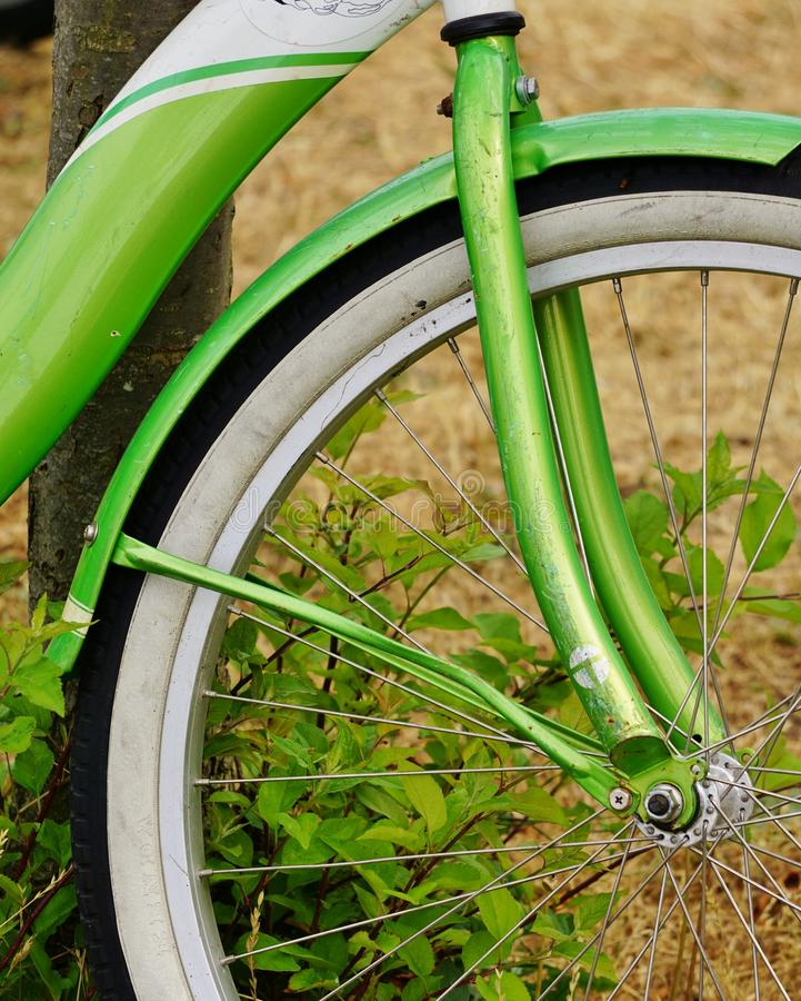 Взгляд крупного плана неоновой зеленой рамки велосипеда и белой автошины стены стоковые фотографии rf