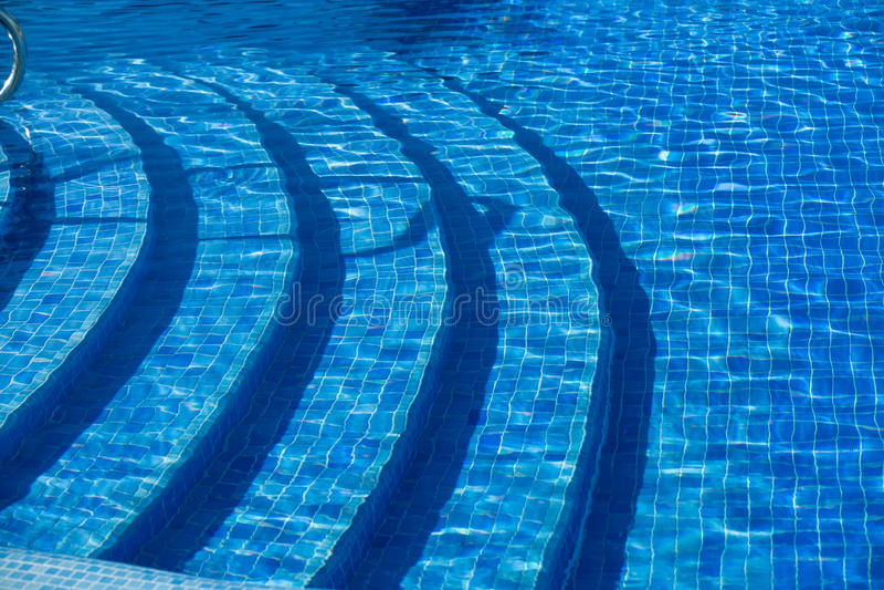 Взгляд крупного плана роскошного керамического бассейна плиток мозаики с подводными шагами стоковые изображения