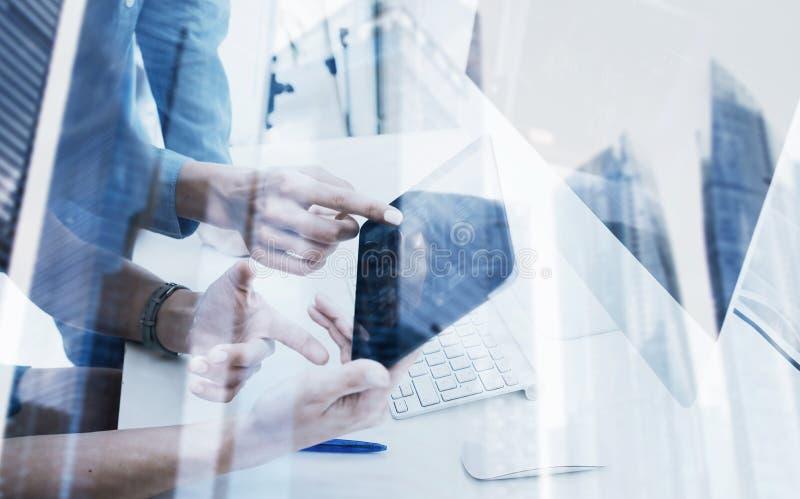 Взгляд крупного плана таблетки касающего экрана девушки современной электронной Бизнесмены концепции используя устройства Значок  стоковое изображение rf