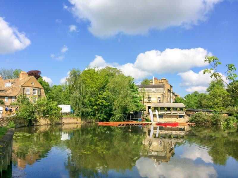 Взгляд кулачка реки с шлюпками плоскодонки в Кембридже Великобритании стоковая фотография