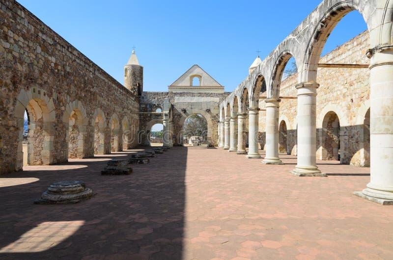 Взгляд к двору Convento de Cuilapam в Оахака стоковое изображение rf