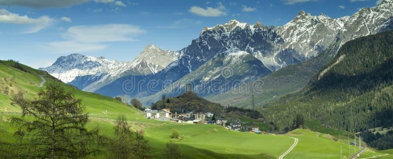 Взгляд к высокогорному дню долины весной стоковая фотография