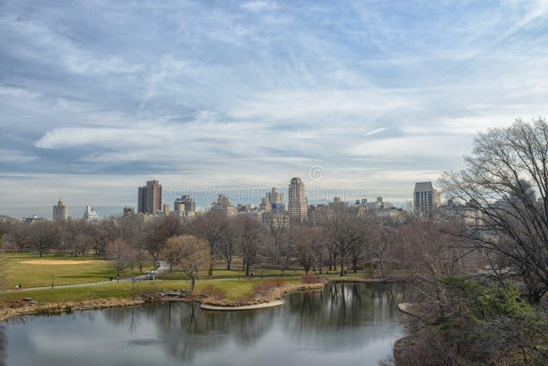 Взгляд к городскому пейзажу Нью-Йорка от замка бельведера, Central Park стоковое фото