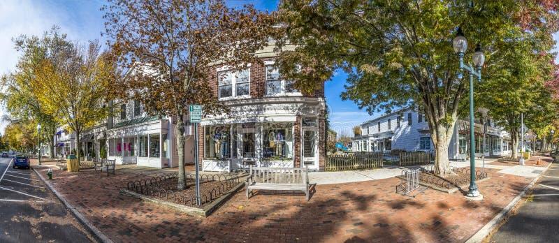 Взгляд к главной улице в восточном Hampton с старым викторианским деревянным бушелем стоковые изображения