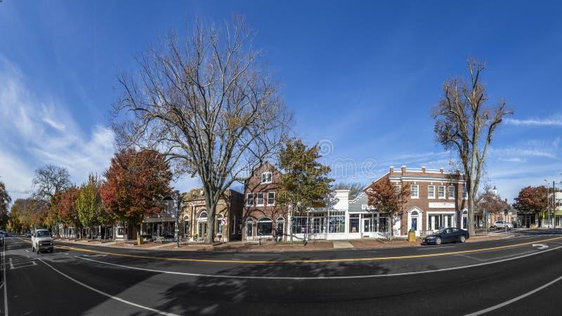 Взгляд к главной улице в восточном Hampton с старым викторианским деревянным бушелем стоковая фотография rf