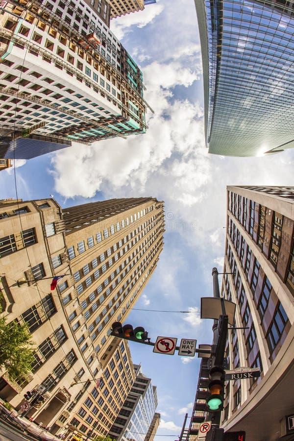 Взгляд к историческому и современному небоскребу в городском Хьюстоне стоковое фото