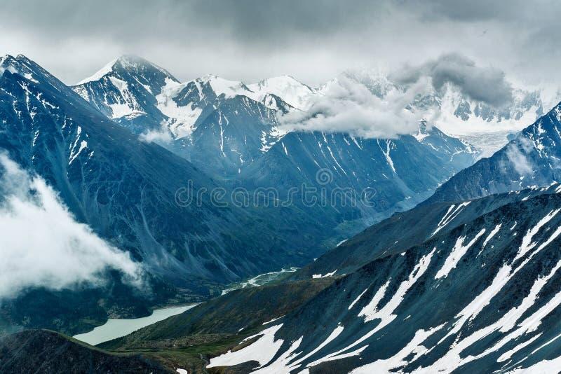 Взгляд к долине реки Akkem стоковая фотография
