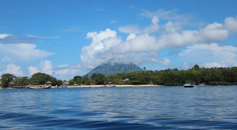 Взгляд к пляжу в Manado стоковое изображение rf