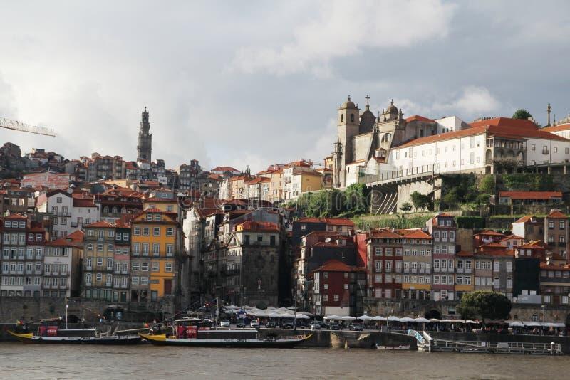Взгляд к старому городку Порту и Palacio da Bolsa стоковая фотография