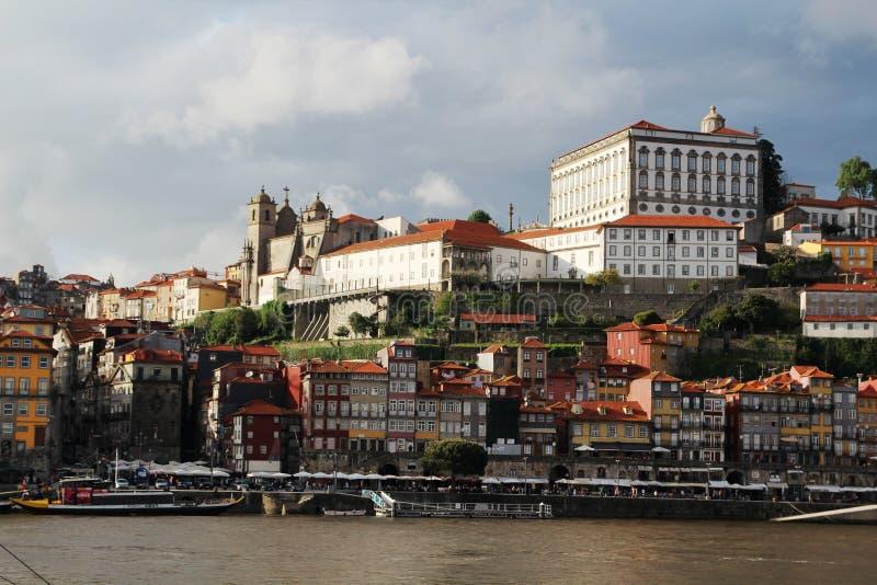 Взгляд к старому городку Порту и Palacio da Bolsa стоковое фото rf