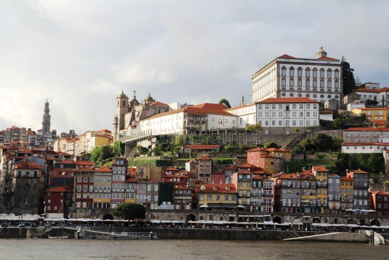 Взгляд к старому городку Порту и Palacio da Bolsa стоковое изображение