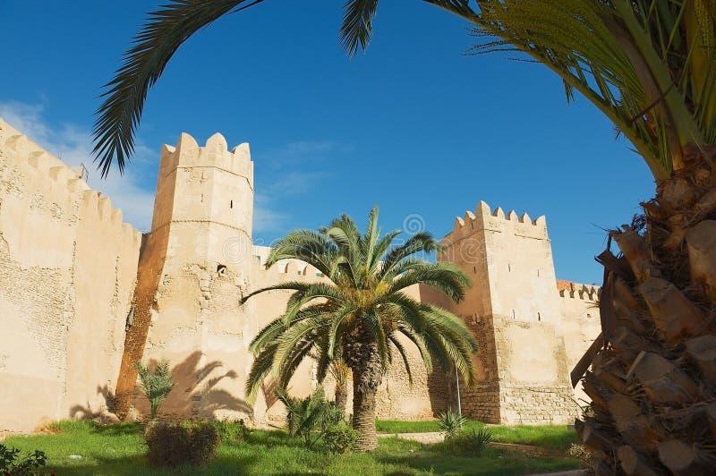 Взгляд к стене и башням Sfax medina в Sfax, Тунисе стоковые фото